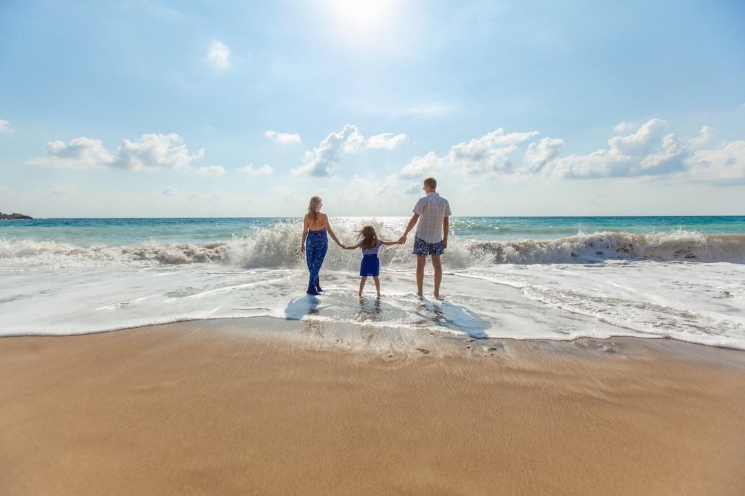Family-beach-holiday-wave