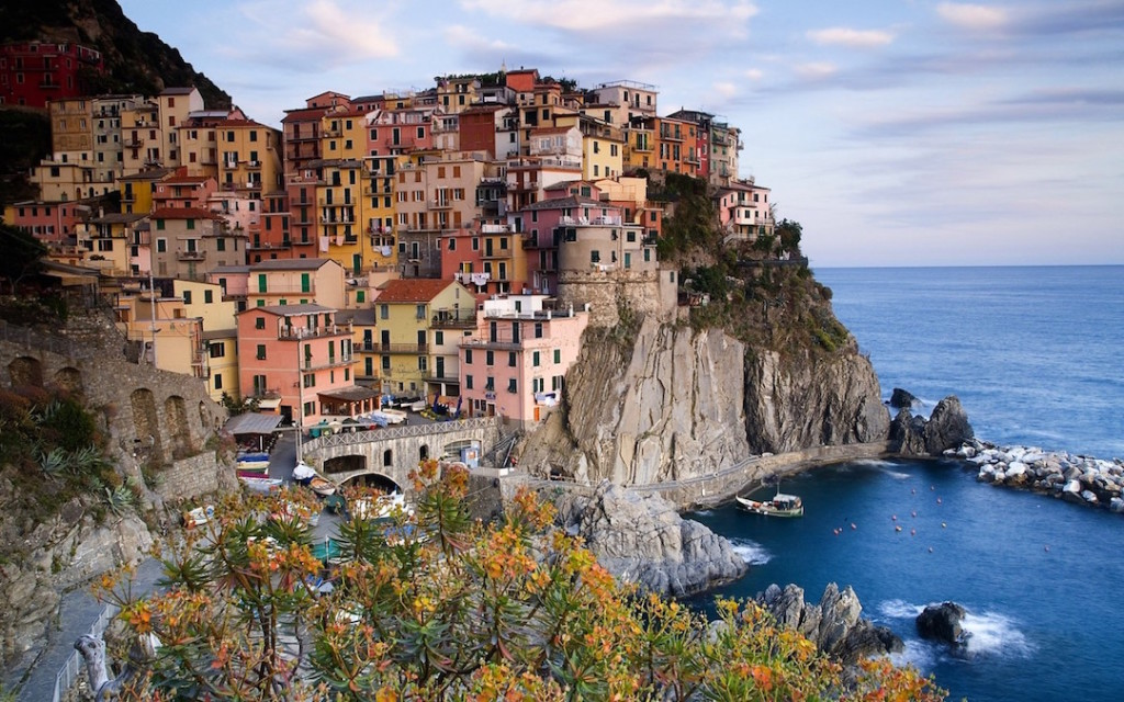 town-on-rocks-by-sea-italy