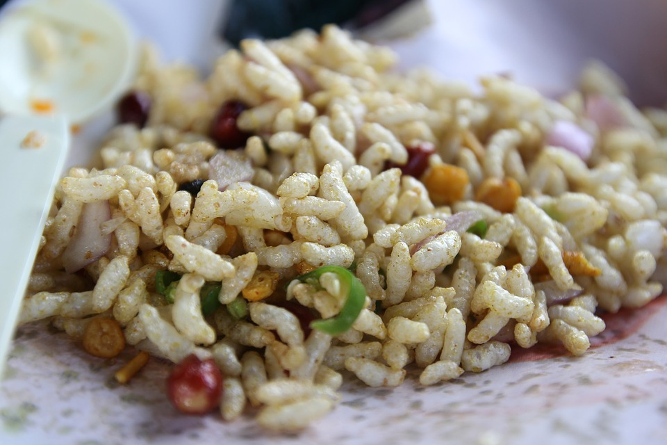 puffed white rice mixed with green chilli chickpeas onions and other vegetables