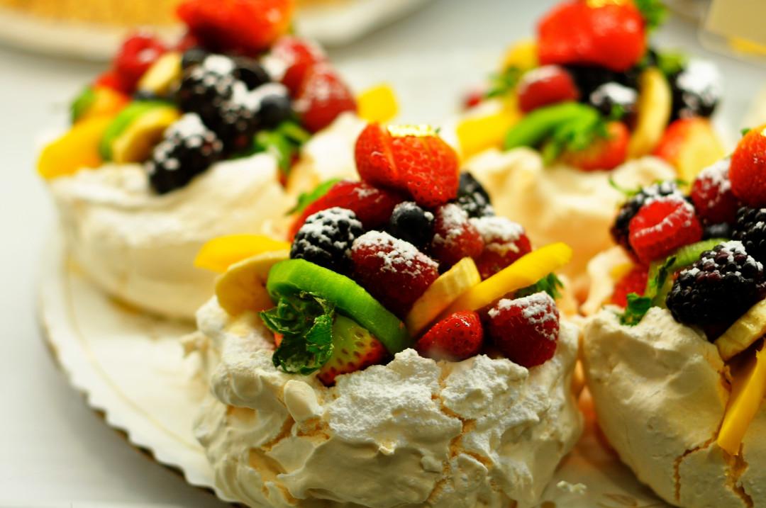 Pavlova-cake-new-zealand-sweet-dessert