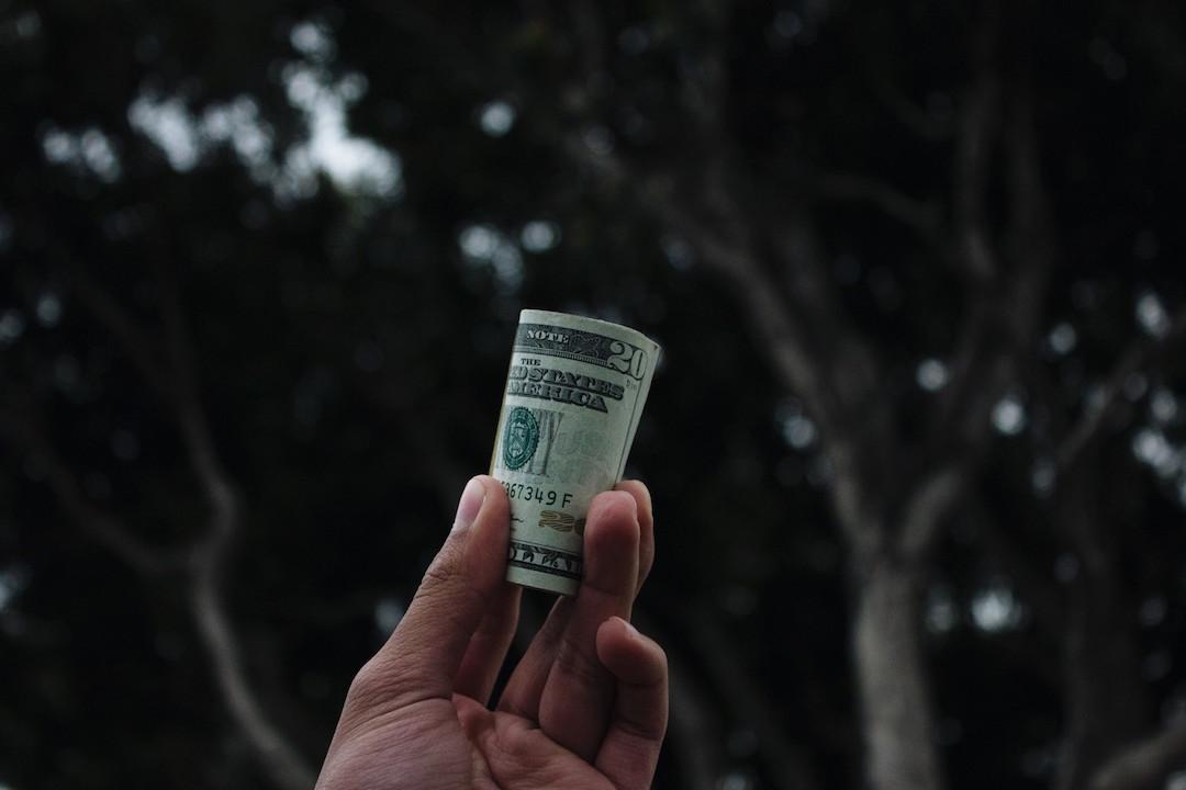 holding-hand-cash